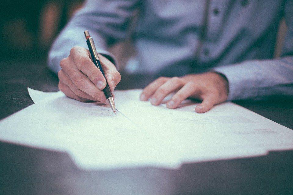 Czy podrobienie podpisu zawsze grozi skazaniem za czyn z art. 270 § 1 kk? Odpowiada adwokat.